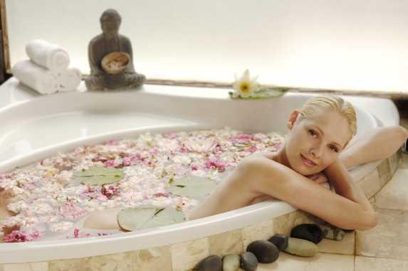 泡花浴的时尚美女图片