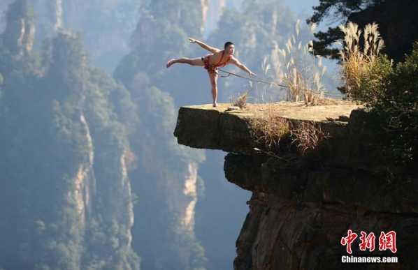 张家界核心景区再现裸体秀 一男子悬崖全裸秀舞技