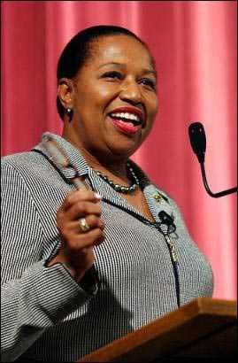 国际纵横首位美国女黑人参议员